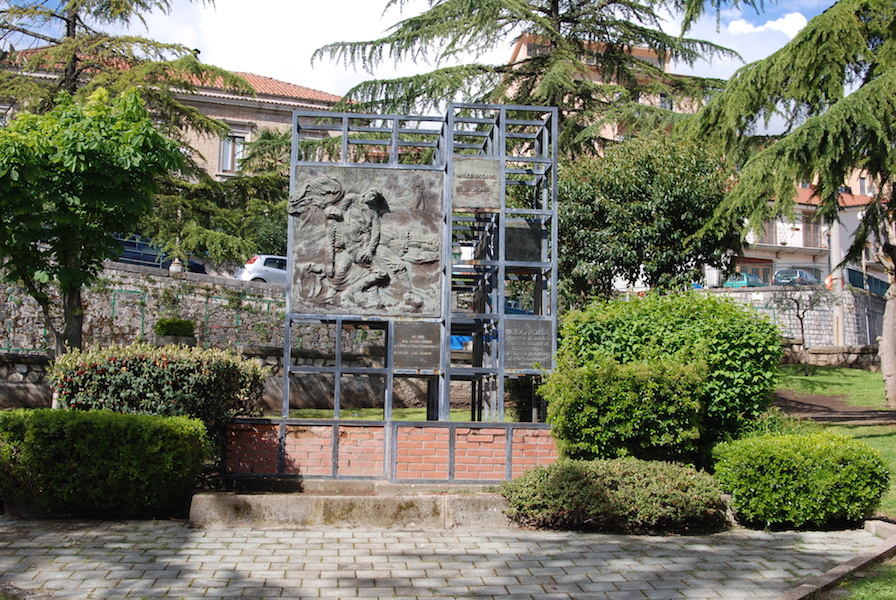 Felice_Lovisco_monumento-caduti_Barile_1