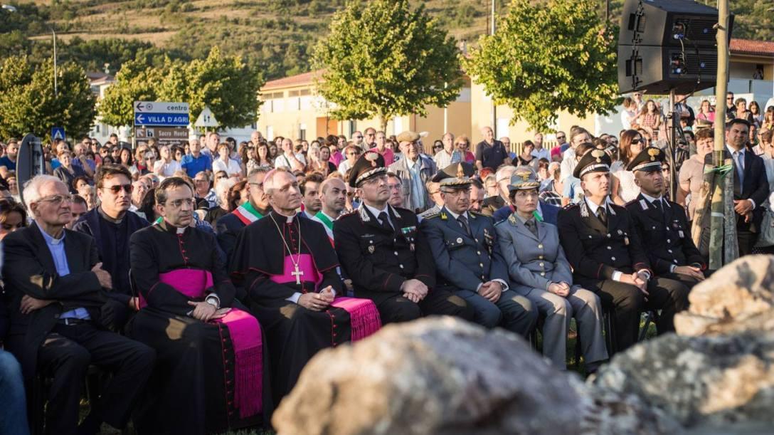 Centinaia di persone hanno partecipato alla cerimonia di inaugurazione del monumento