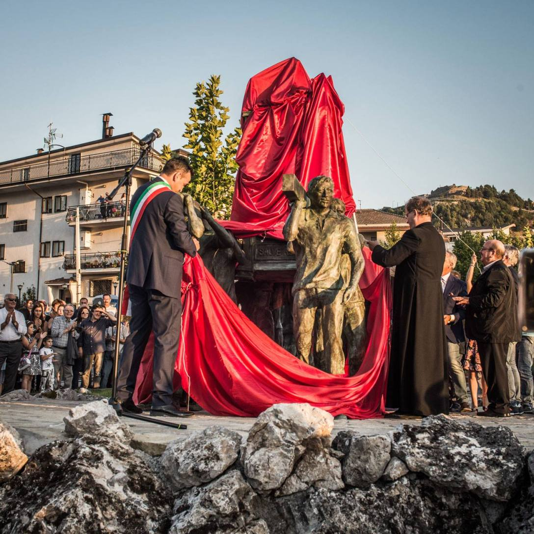 Il momento clou della cerimonia di inaugurazione del Monumento ai Portatori, realizzato da Felice Lovisco